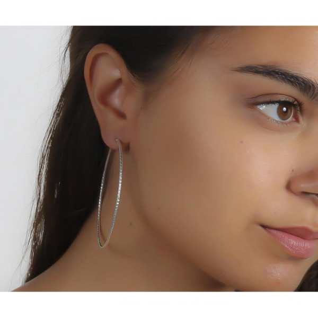 Maxi-créoles en argent diamanté de 7 cm portées